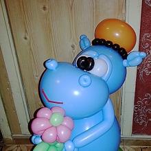 Голубой бегемотик из шаров