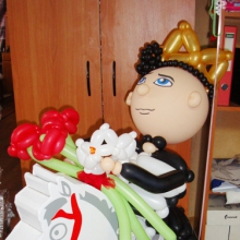 Принц из шаров на картонном коне
