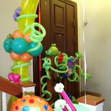 Украшение шариками площадки перед дверью
